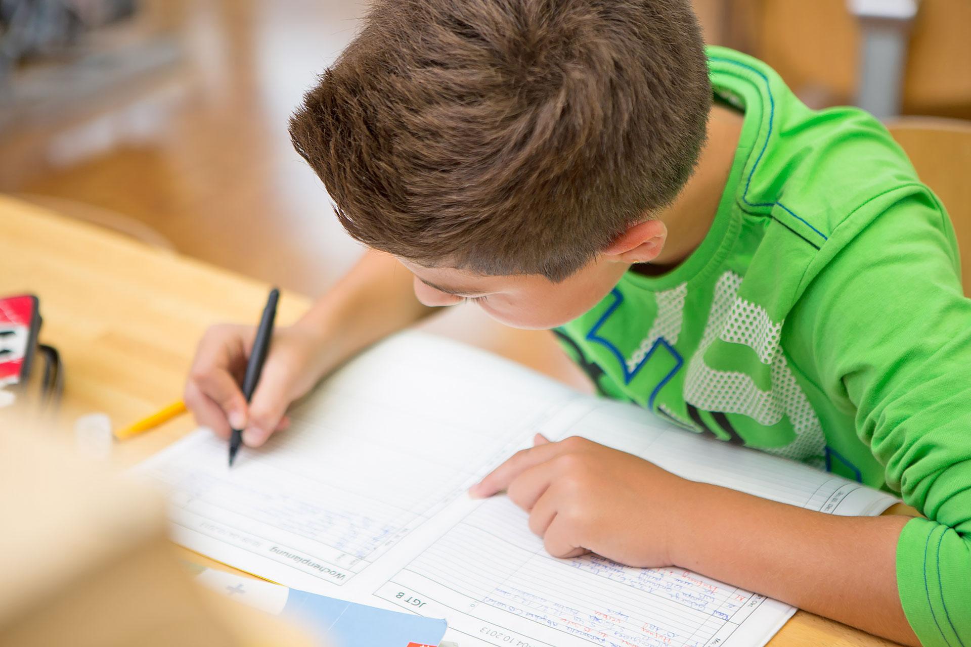 Schüler füllt seine Wochenplanung aus