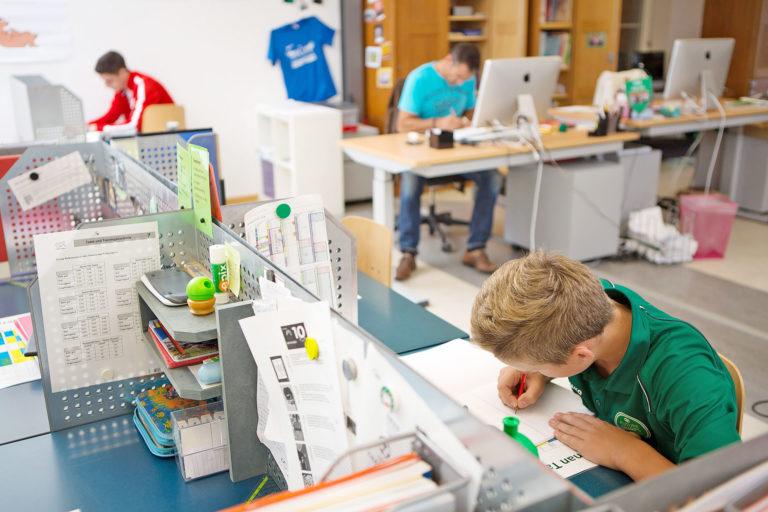 ein Schüler arbeitet an seinem persönlichen Arbeitsplatz