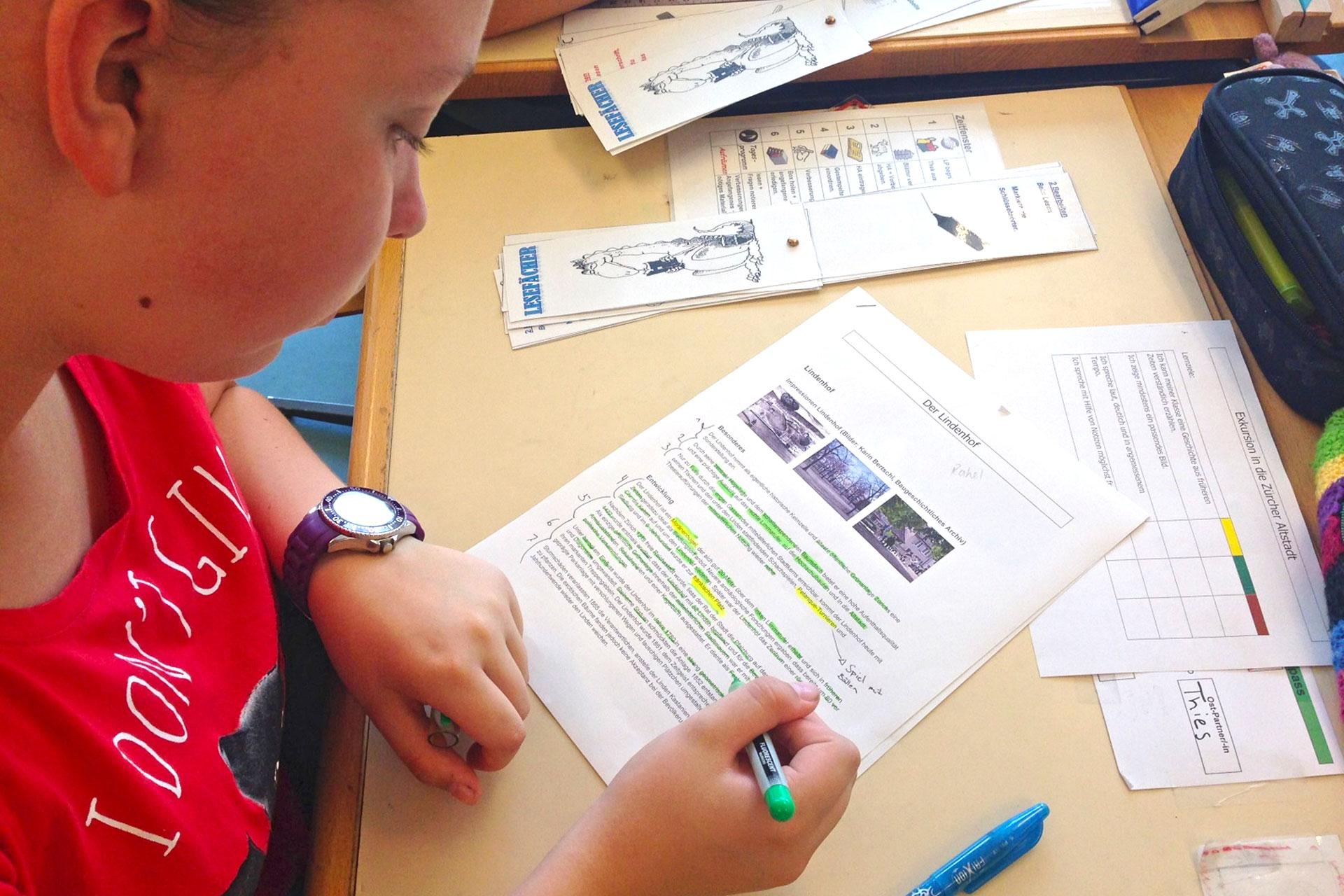 Schülerin bearbeitet einen Text mit dem Lesefächer