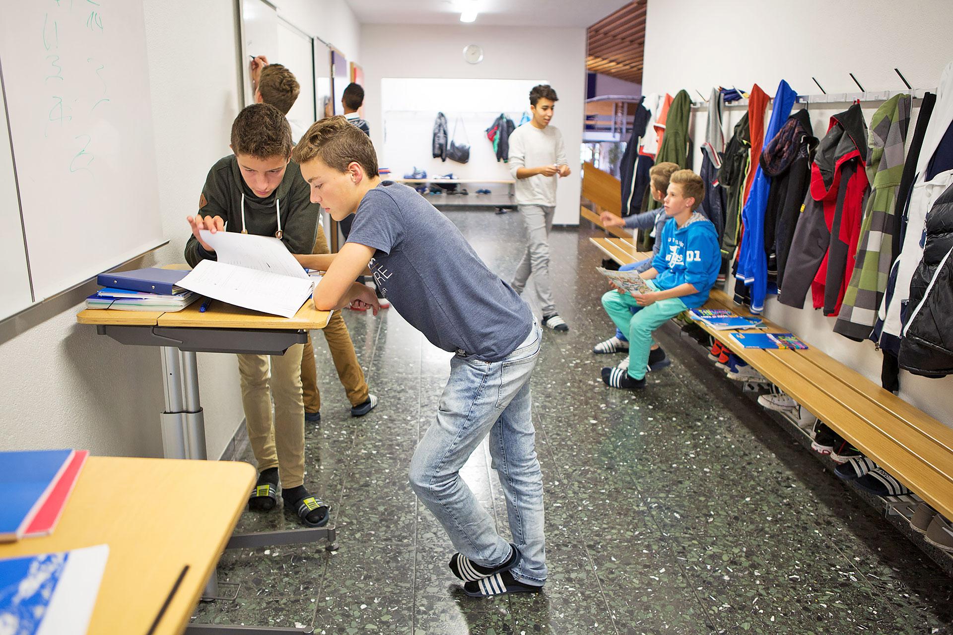 zwei Schüler arbeiten kooperativ an einer Aufgabe