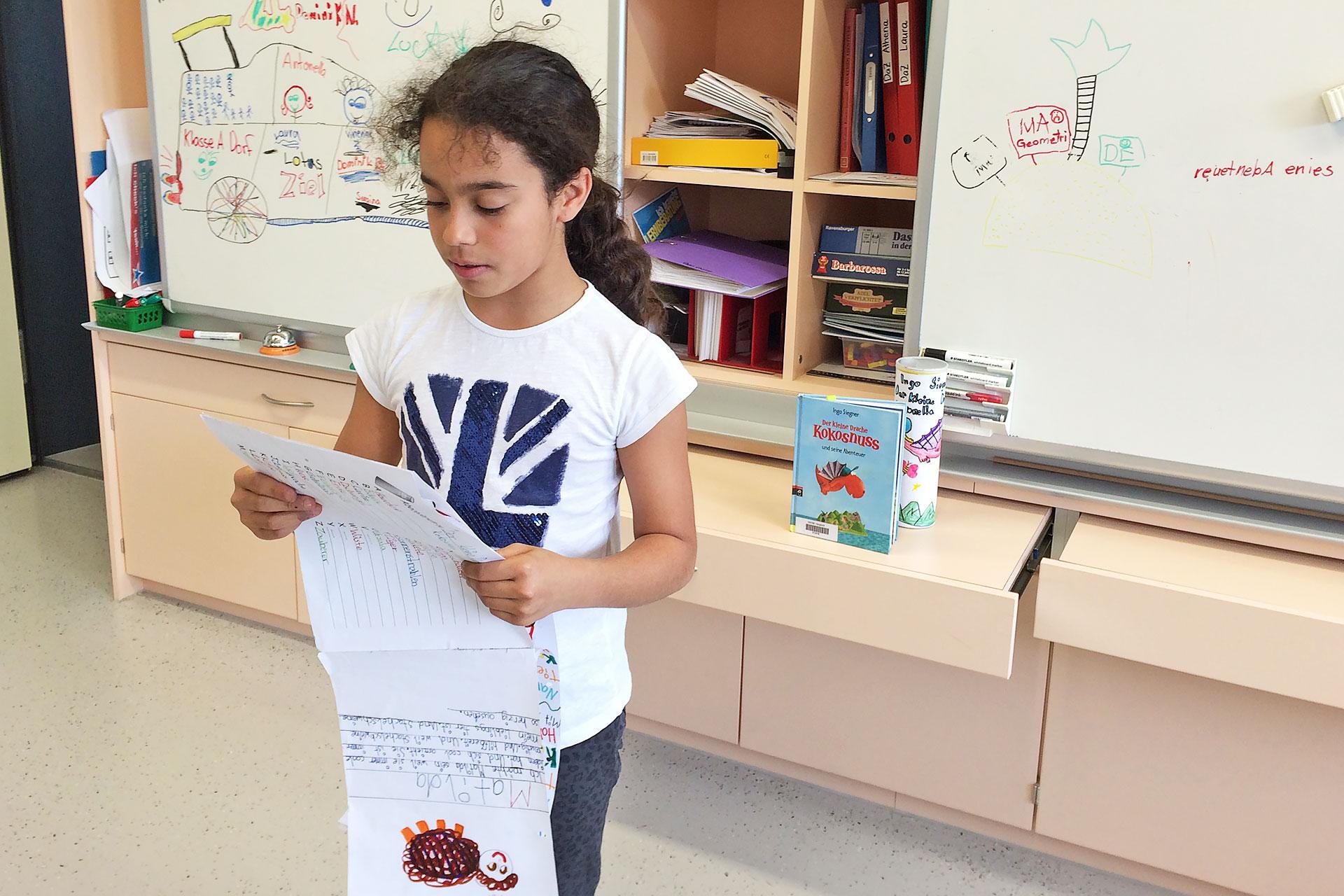 """eine Schülerin präsentiert ihre Leserolle zum Buch """"Der kleine Drache Kokosnuss"""""""