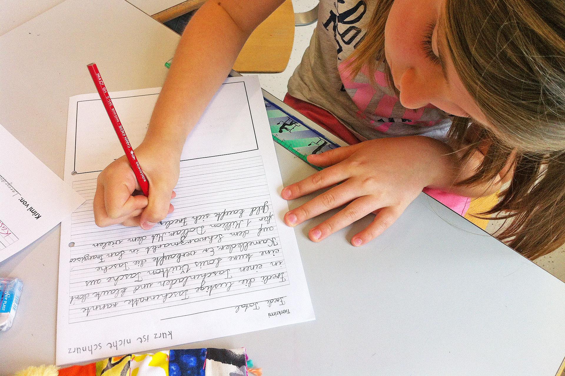 eine Schülerin schreibt einen kurzen Tierkrimmi