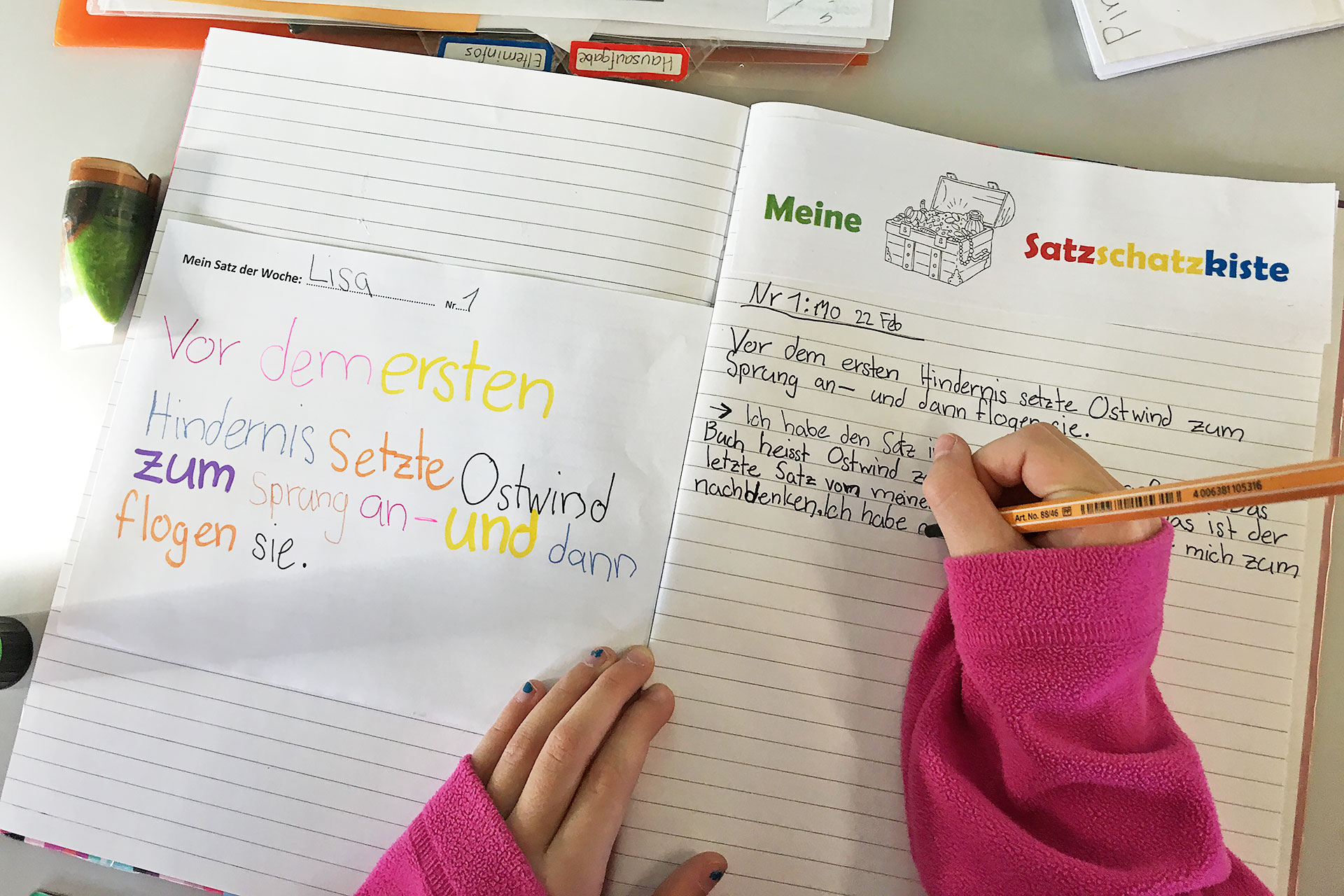 eine Schülerin schreibt einen Satz in ihre Satzschatzkiste