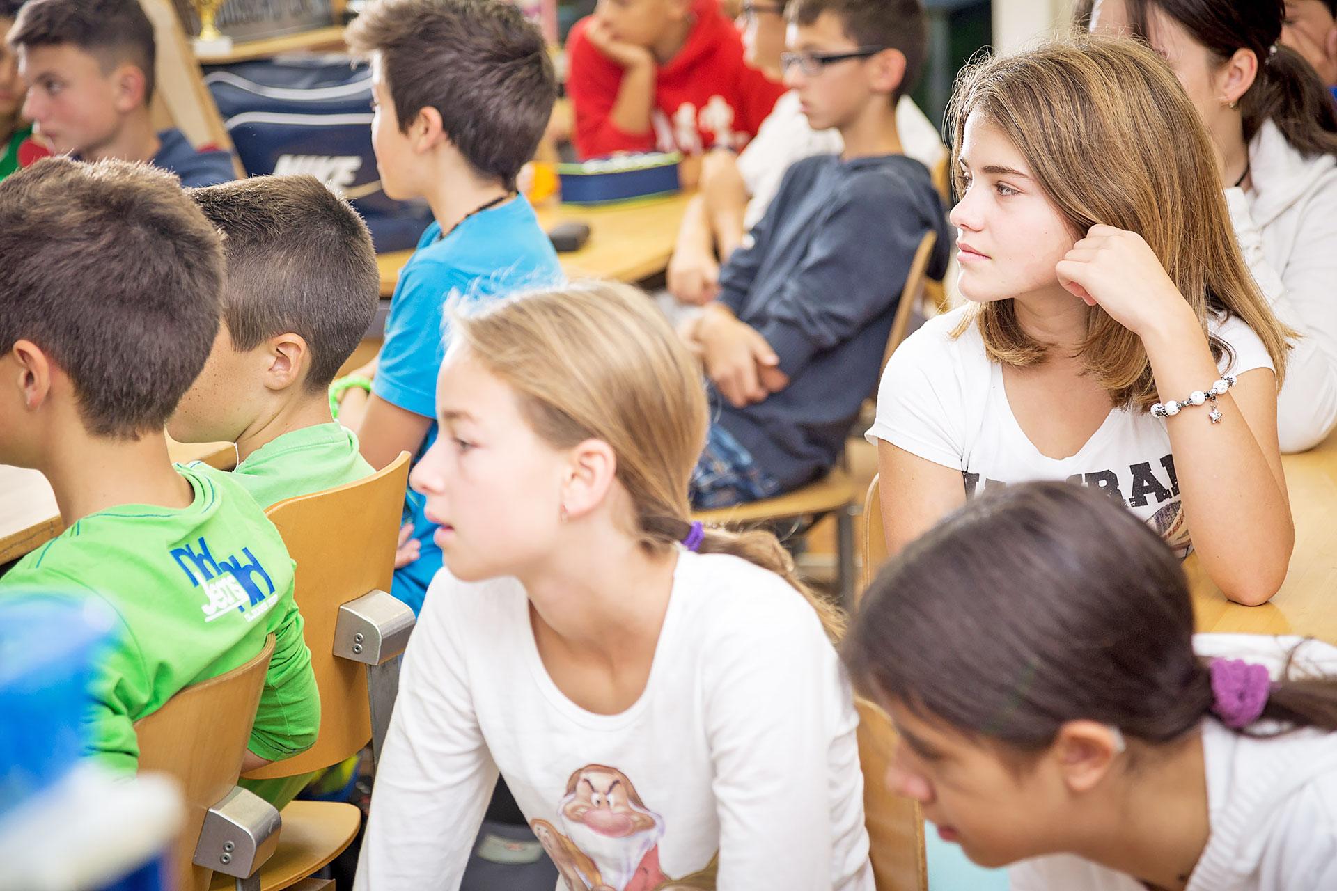 Klasse hört zu, Fokus auf eine Schülerin