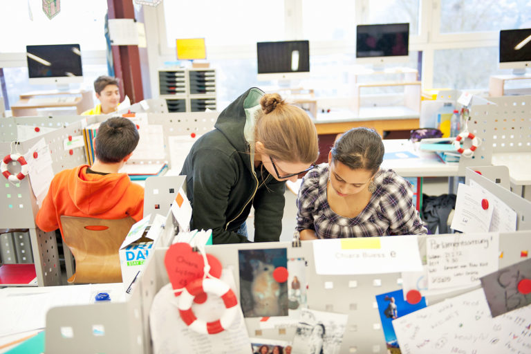 zwei Schülerinnen arbeiten an einem persönlichen Arbeitsplatz