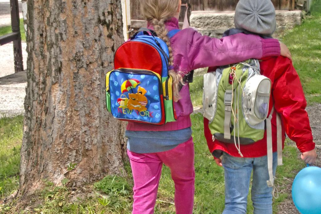 zwei Schülerinnen auf dem Weg zur Schule