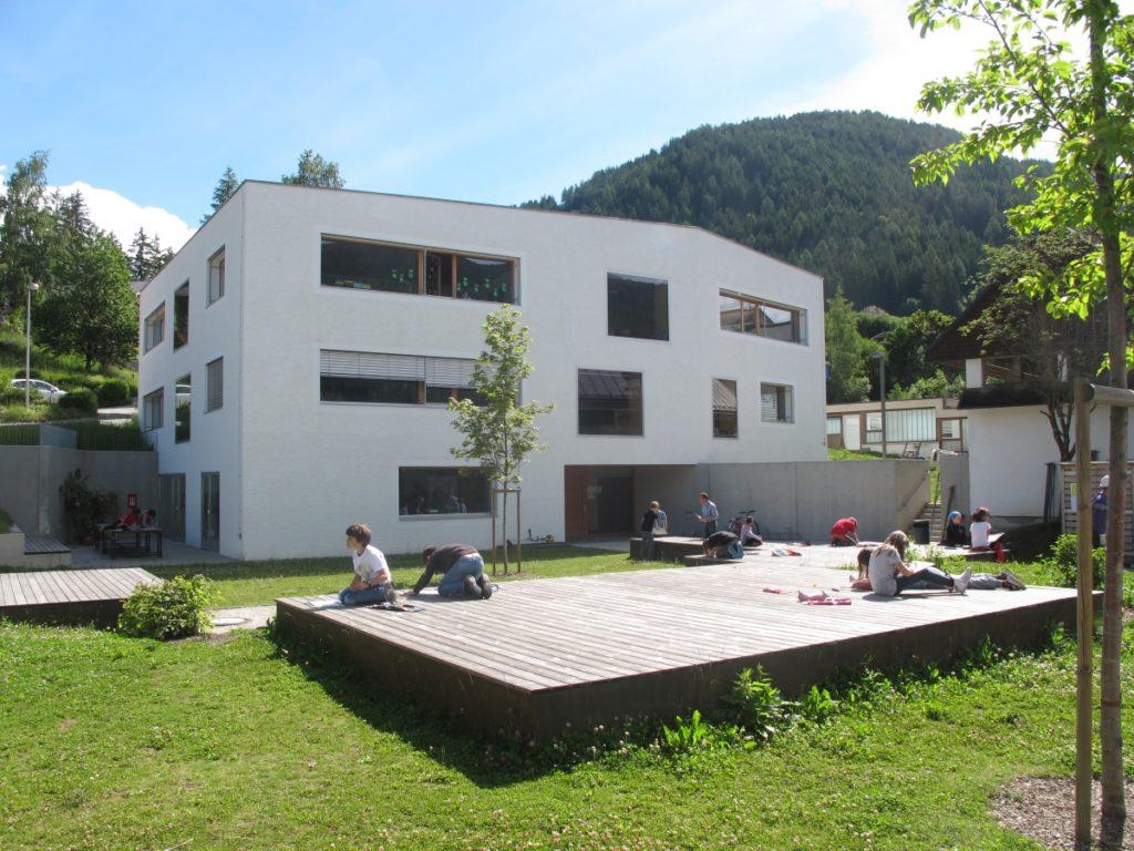 Holzdeck vor der Grundschule Welsberg