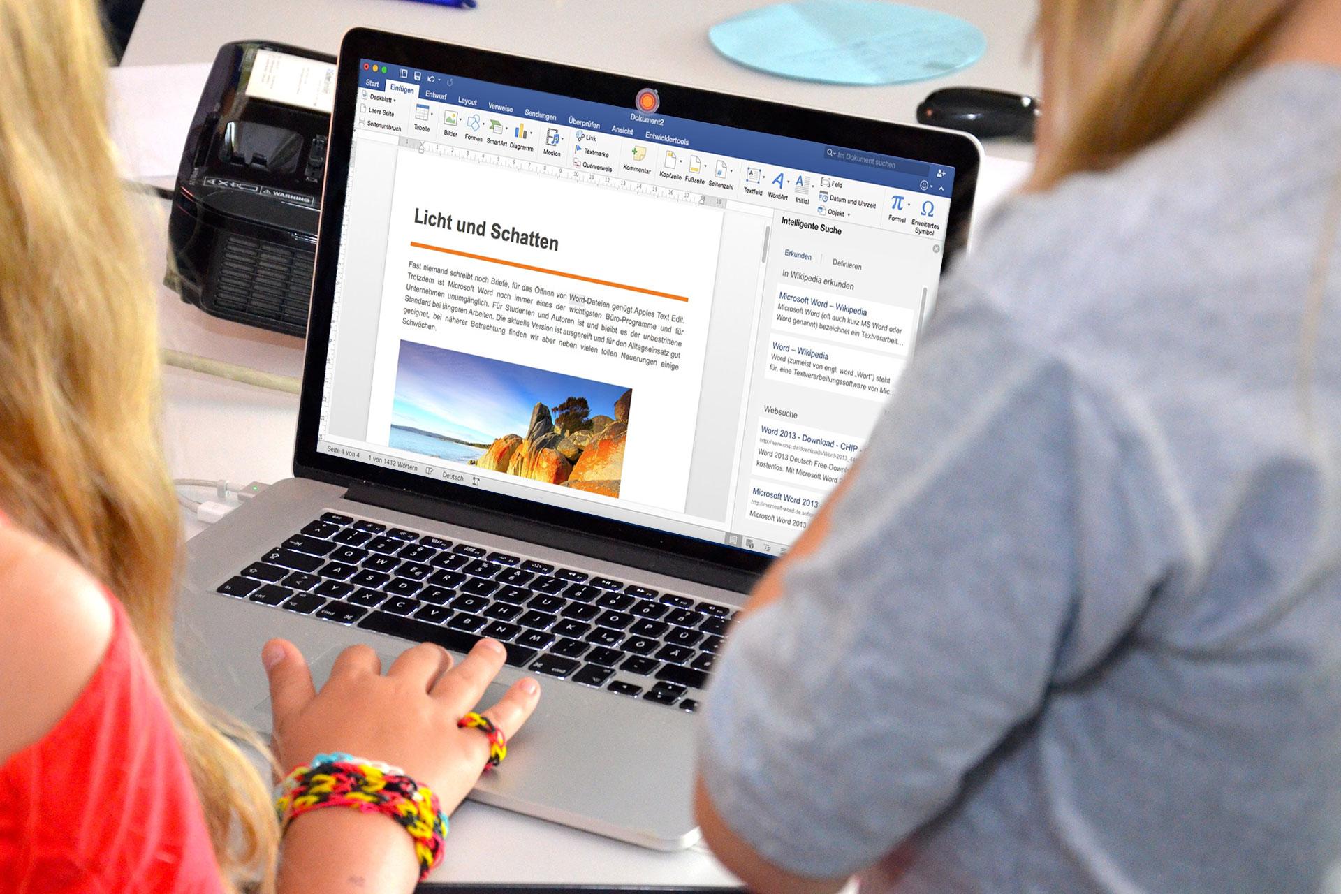 zwei Schülerinnen arbeiten am Laptop an einem Worddokument