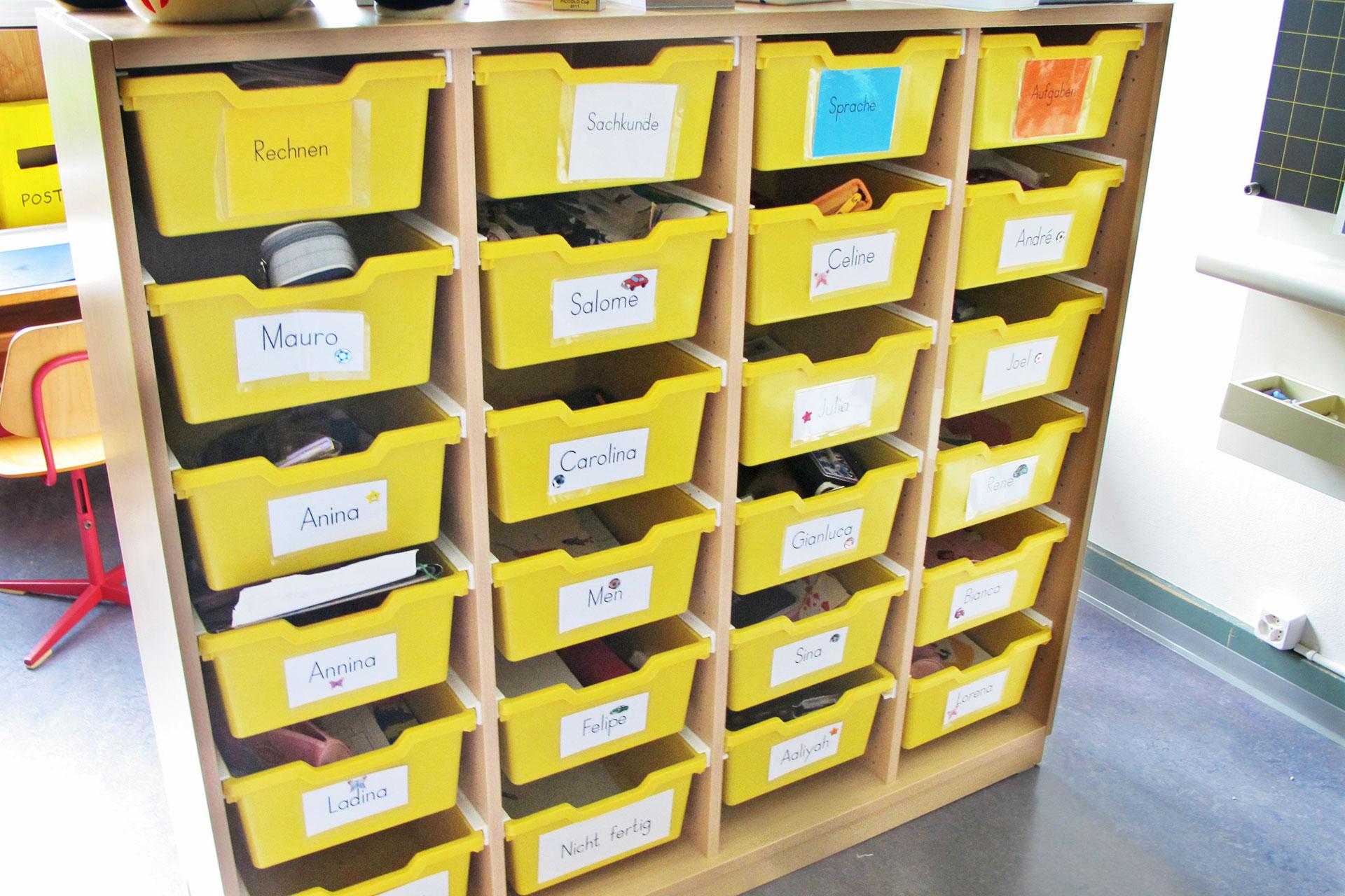 Fächer für die einzelnen Schüler/innen im Schulzimmer