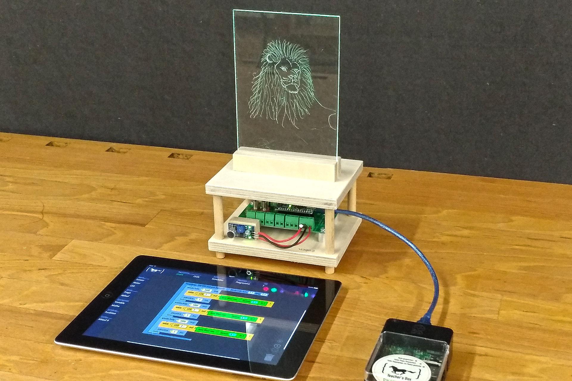 fertig gebautes Lichtbild an Programmierbox angeschlossen mit Tablet