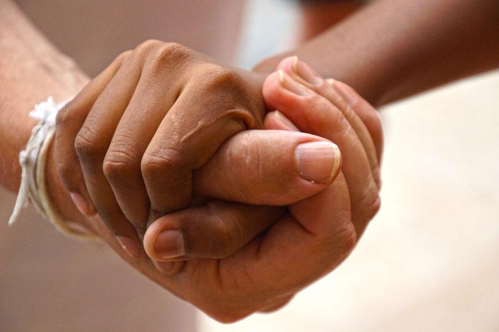 zwei verschränkte Hände