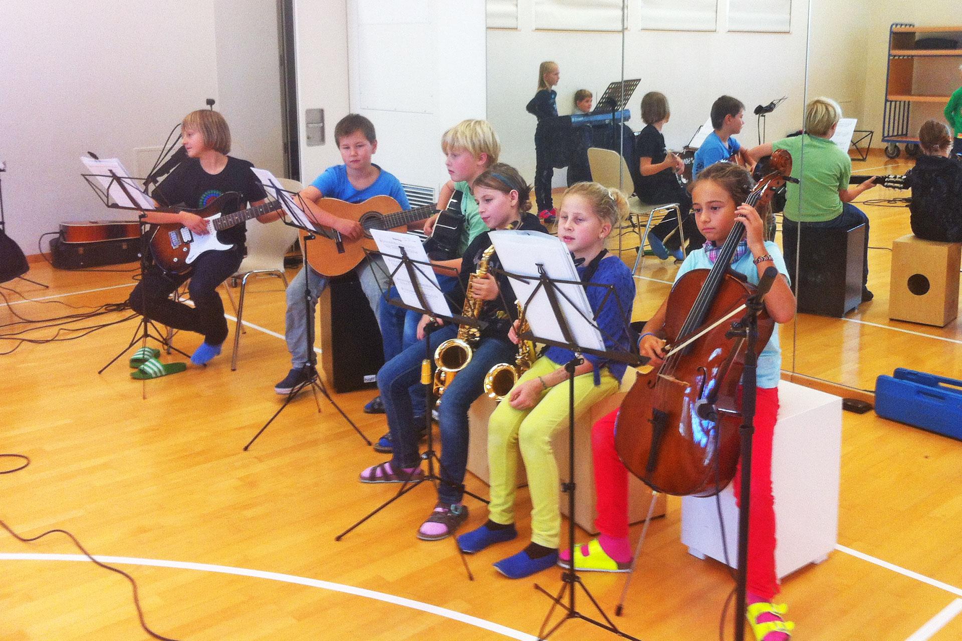 eine Gruppe Lernende musiziert