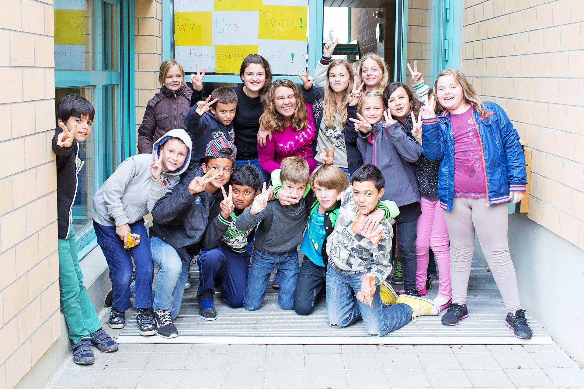 Klassenfoto vor dem Schuleingang