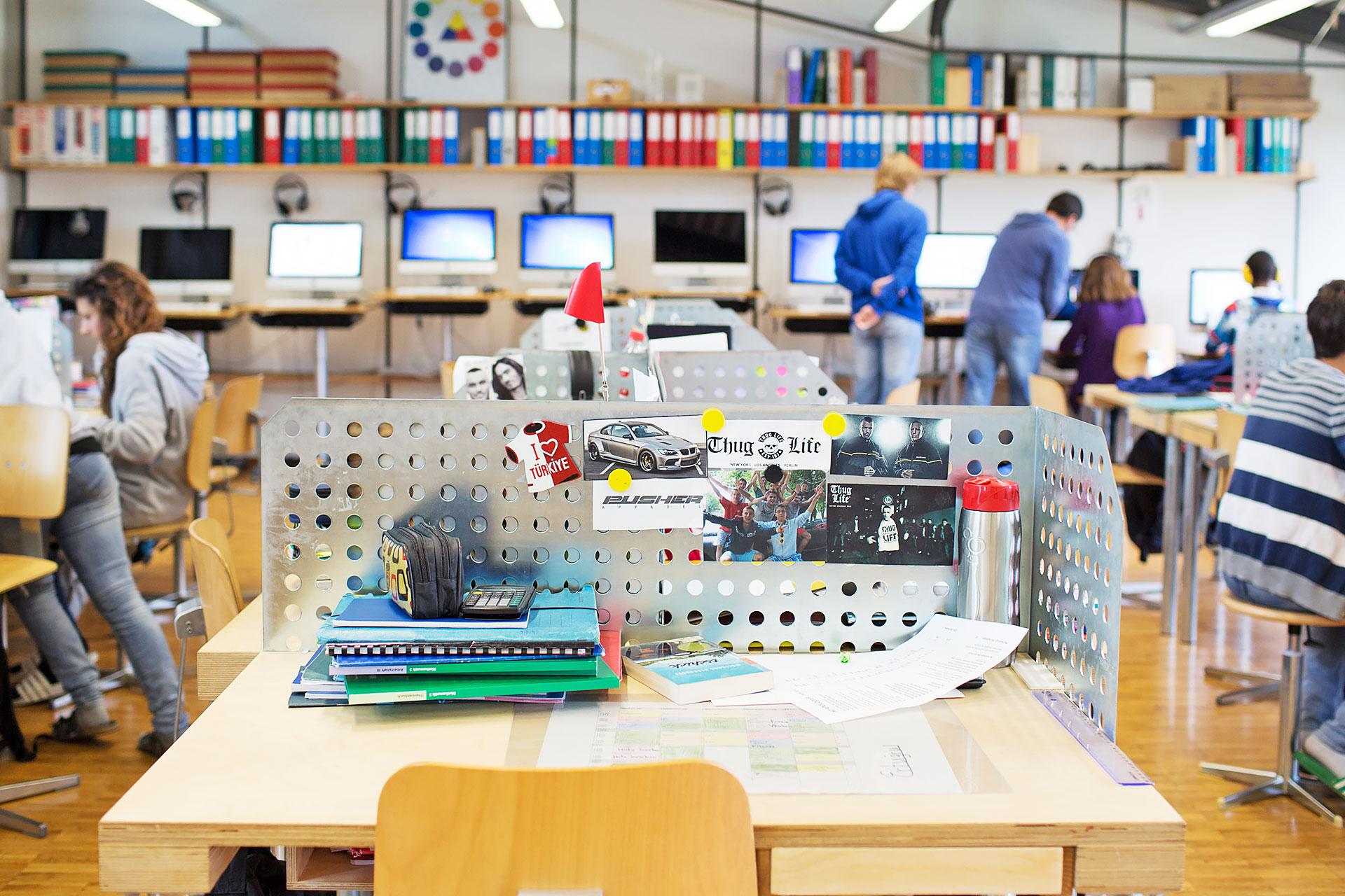 Blick auf einen persönlichen Arbeitsplatz in der Lernlandschaft