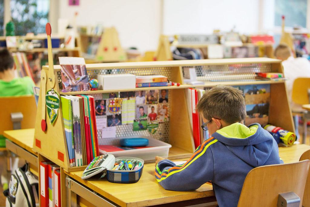 ein Schüler arbeitet an seinem persönlichen Arbeitsplatz in der Lernlandschaft