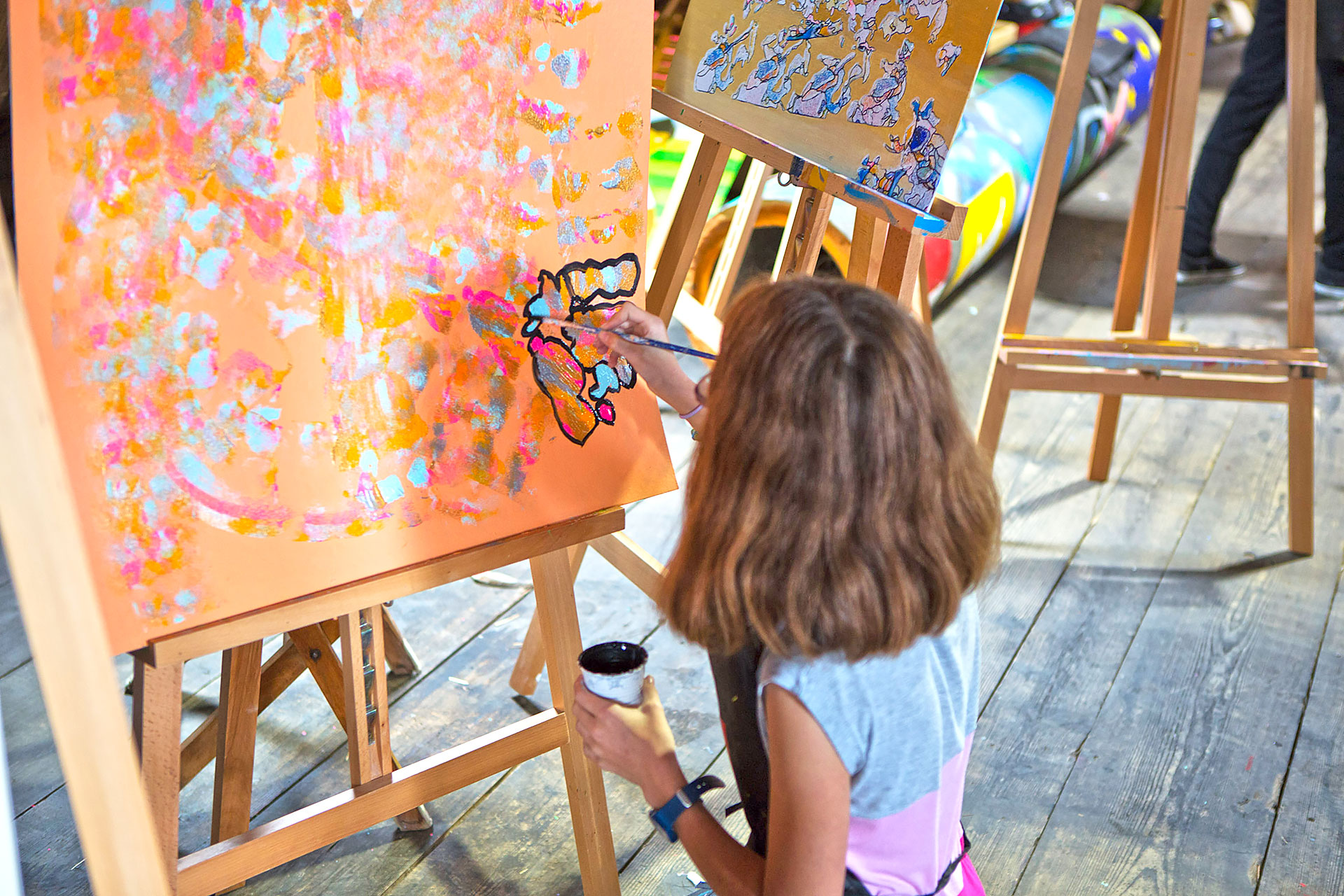 Schülerin malt ein Bild im Kunstatelier
