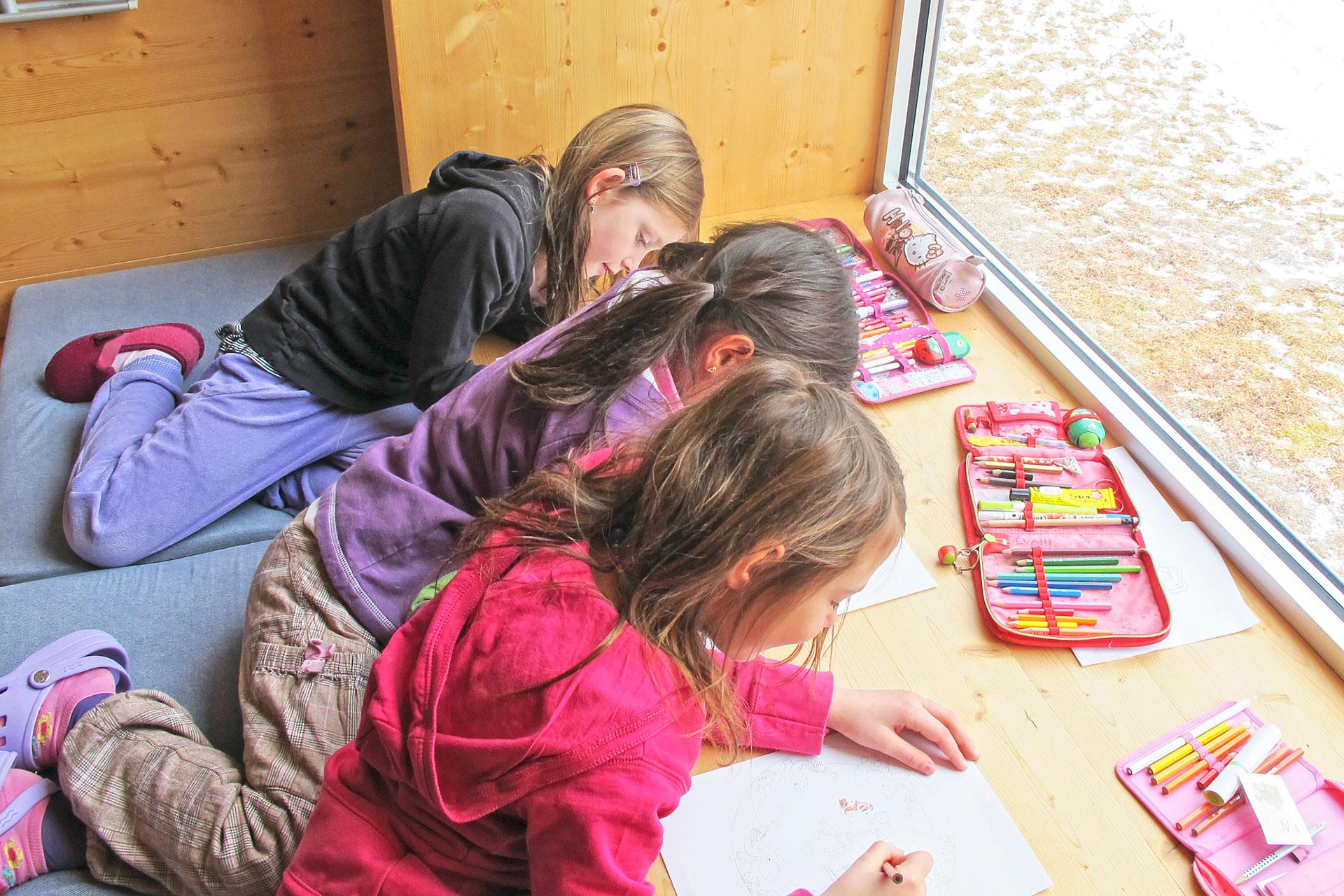 drei Schülerinnen lernen auf der Fensterbank