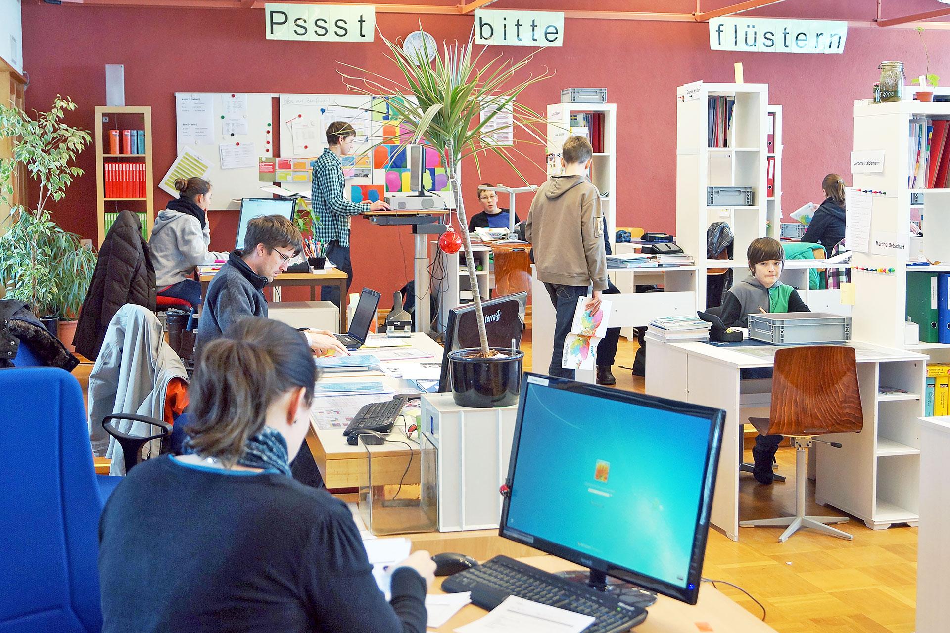 Lernlandschaft mit Lehrer/innen- und Schüler/innen-Arbeitsplätzen