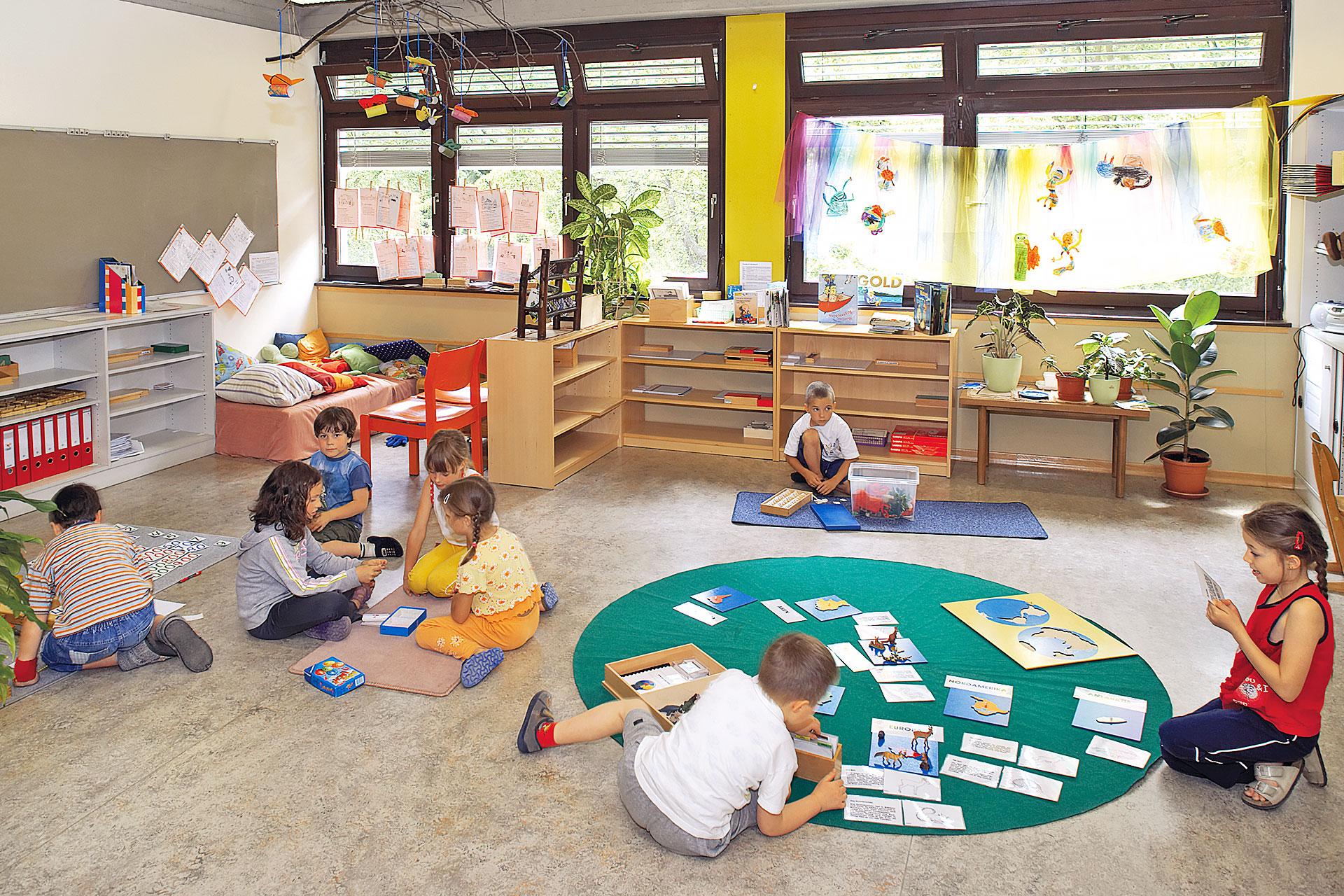 Schüler/innen nutzen das gesamte Schulzimmer zum Lernen