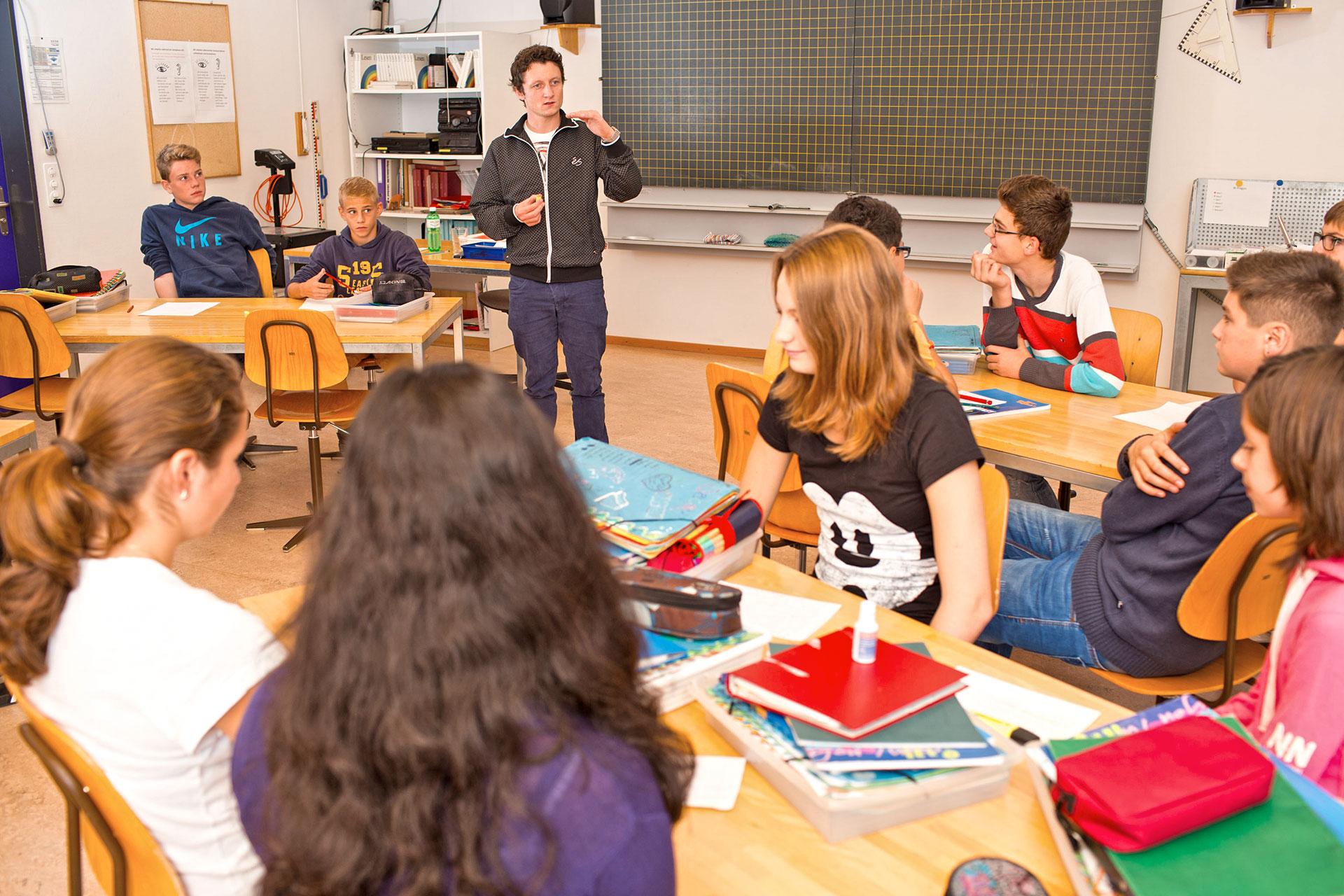 Lehrerin gibt Anweisungen vor der Klasse