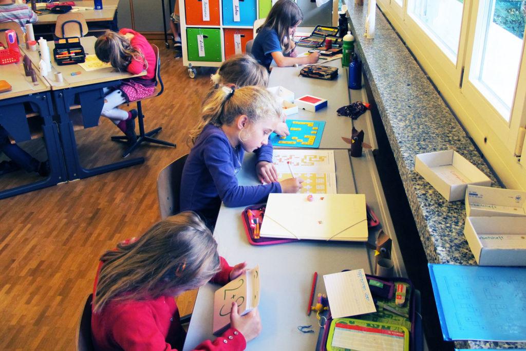 Schülerinnen arbeiten an flexiblen Arbeitsplätzen im Schulzimmer
