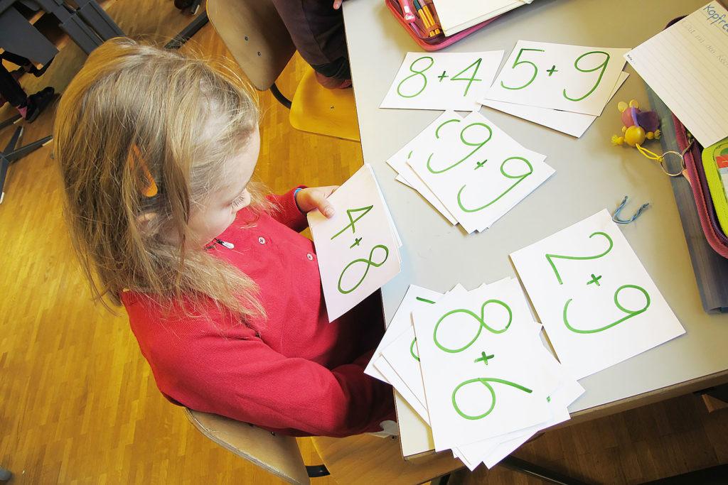 junge Schülerin löst Mathematikaufgaben an einem ruhigen Arbeitsplatz
