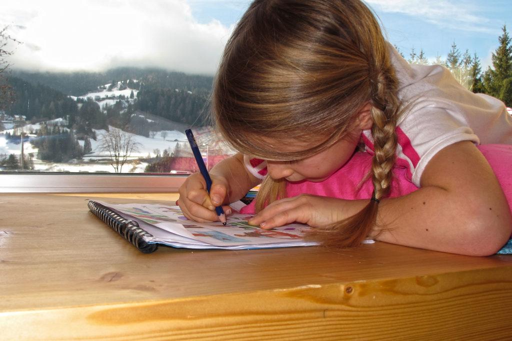 eine Schülerin lernt auf der Fensterbank