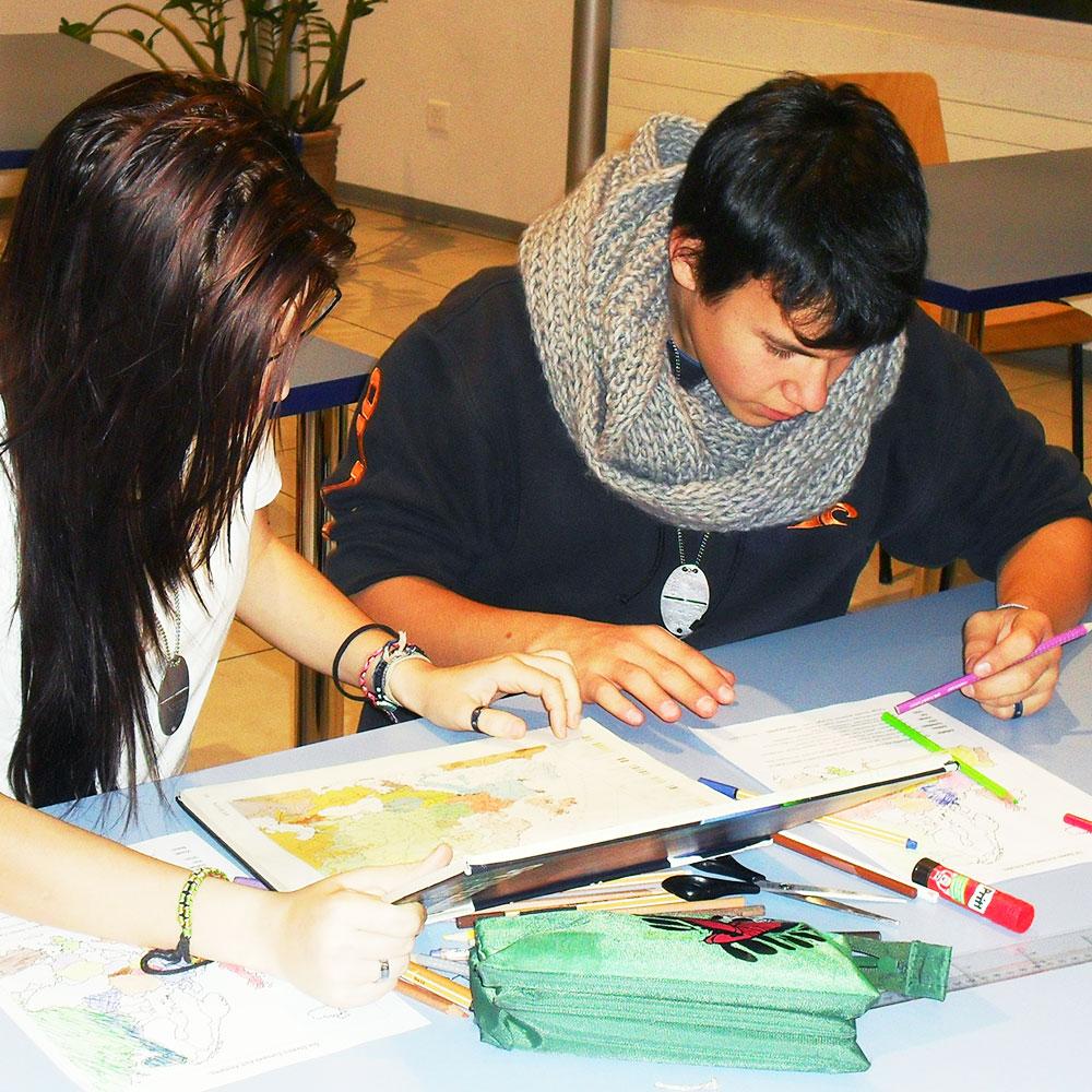eine Schülerin und ein Schüler arbeiten in Partnerarbeit
