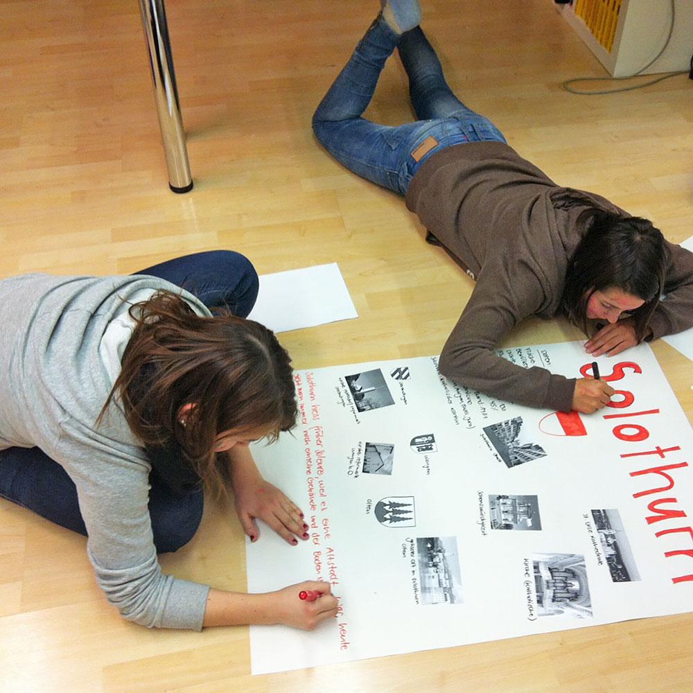 zwei Schülerinnen erstellen ein Plakat zum Kanton Solothurn