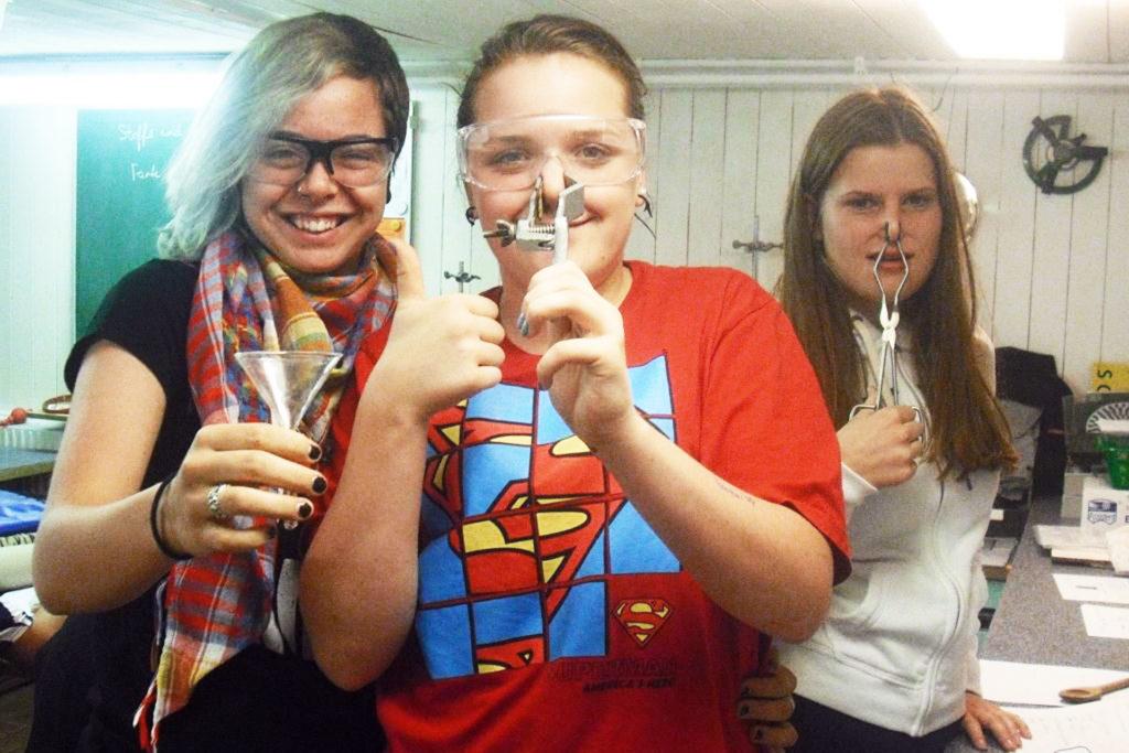 drei Schülerinnen machen Quatsch im Labor
