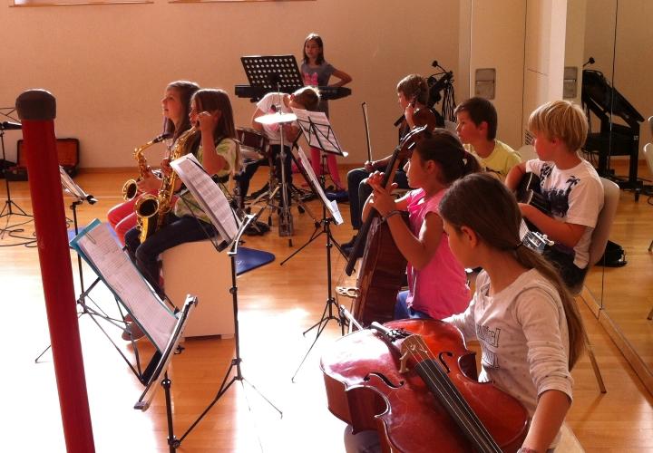Schüler/innen üben im Schülerorchester