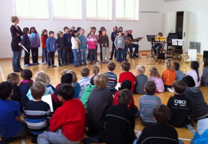 Schülerchor hat einen Auftritt vor anderen Schülern