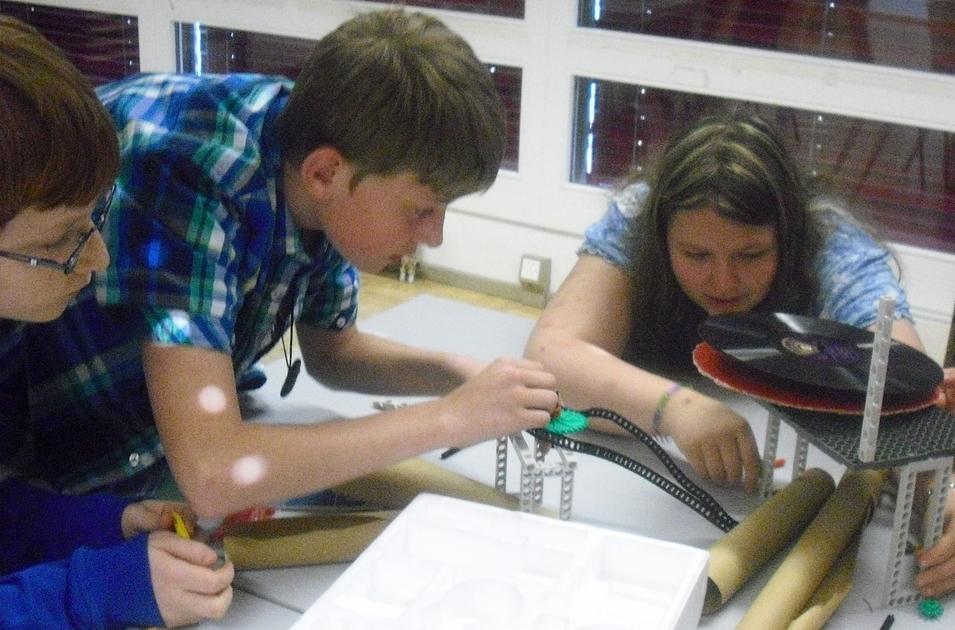 Schüler/innen bauen einen Schallplattenspieler