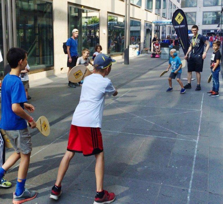 Schüler/innen spielen Street Racket Doppel
