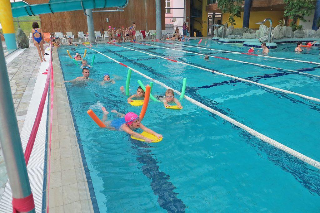 Schwimmunterricht mit Poolnudeln und Schwimmbrett