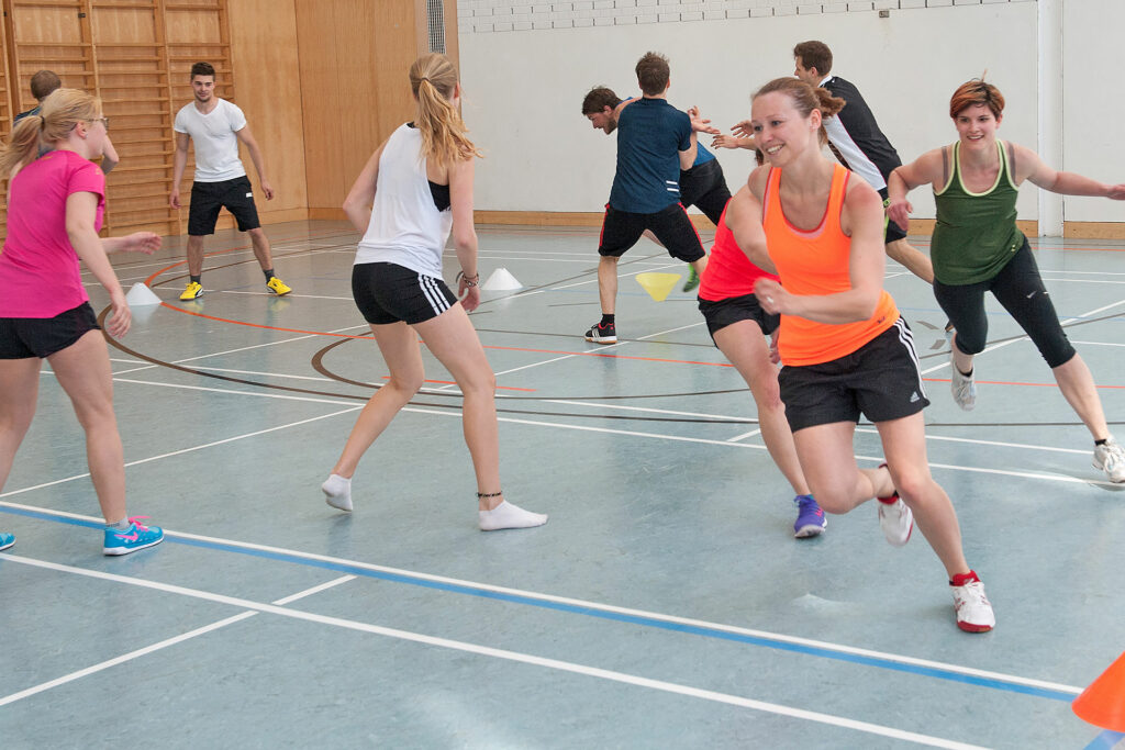 Student/innen während des Bewegungs- und Sportunterricht