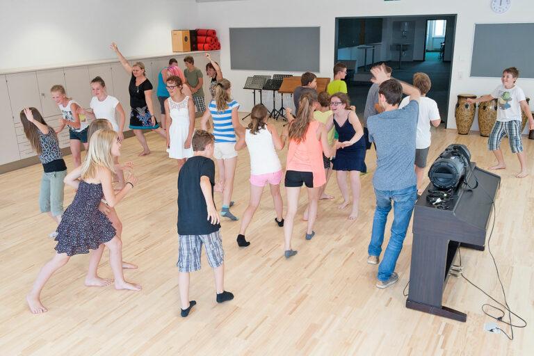 Lehrerinnen und Schüler/innen während einer Bewegungsübrung