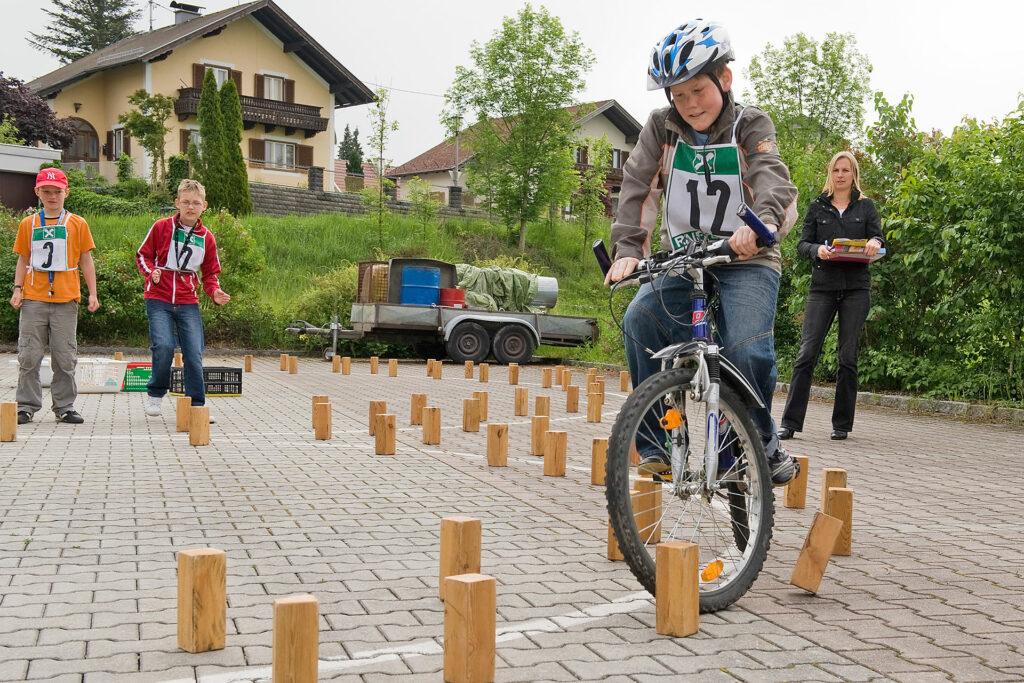 Schüler meistert einen Geschicklichkeitsparcours mit dem Fahrrad