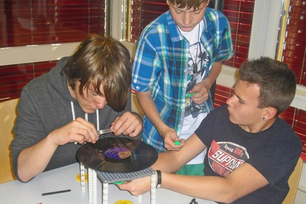 Schüler bauen einen Schallplattenspieler