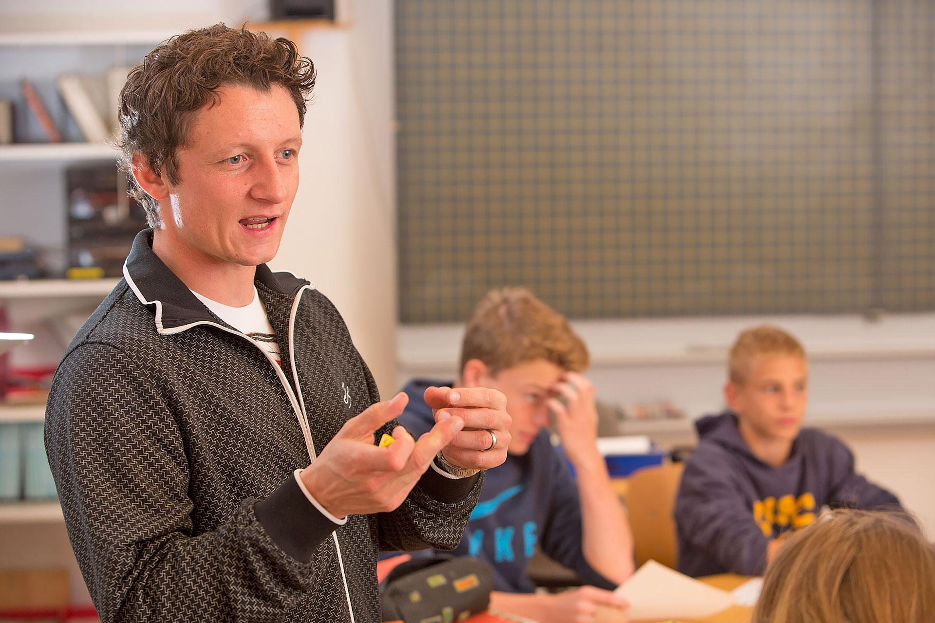 Lehrer erklärt vor der Klasse