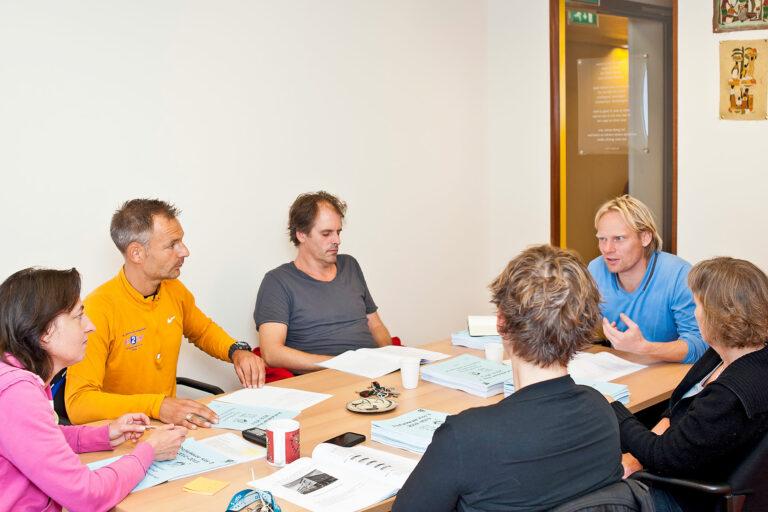 sechs Lehrpersonen während einer Besprechung