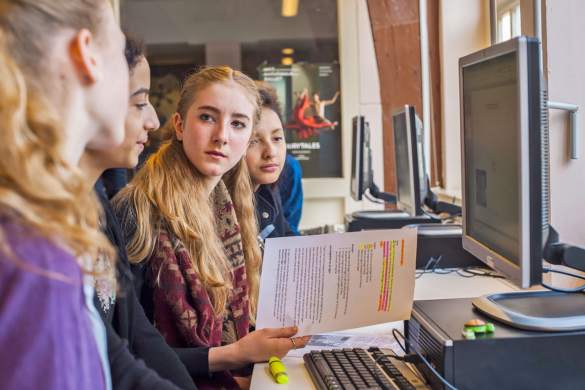 Schülerinnen arbeiten gemeinsam am Computer