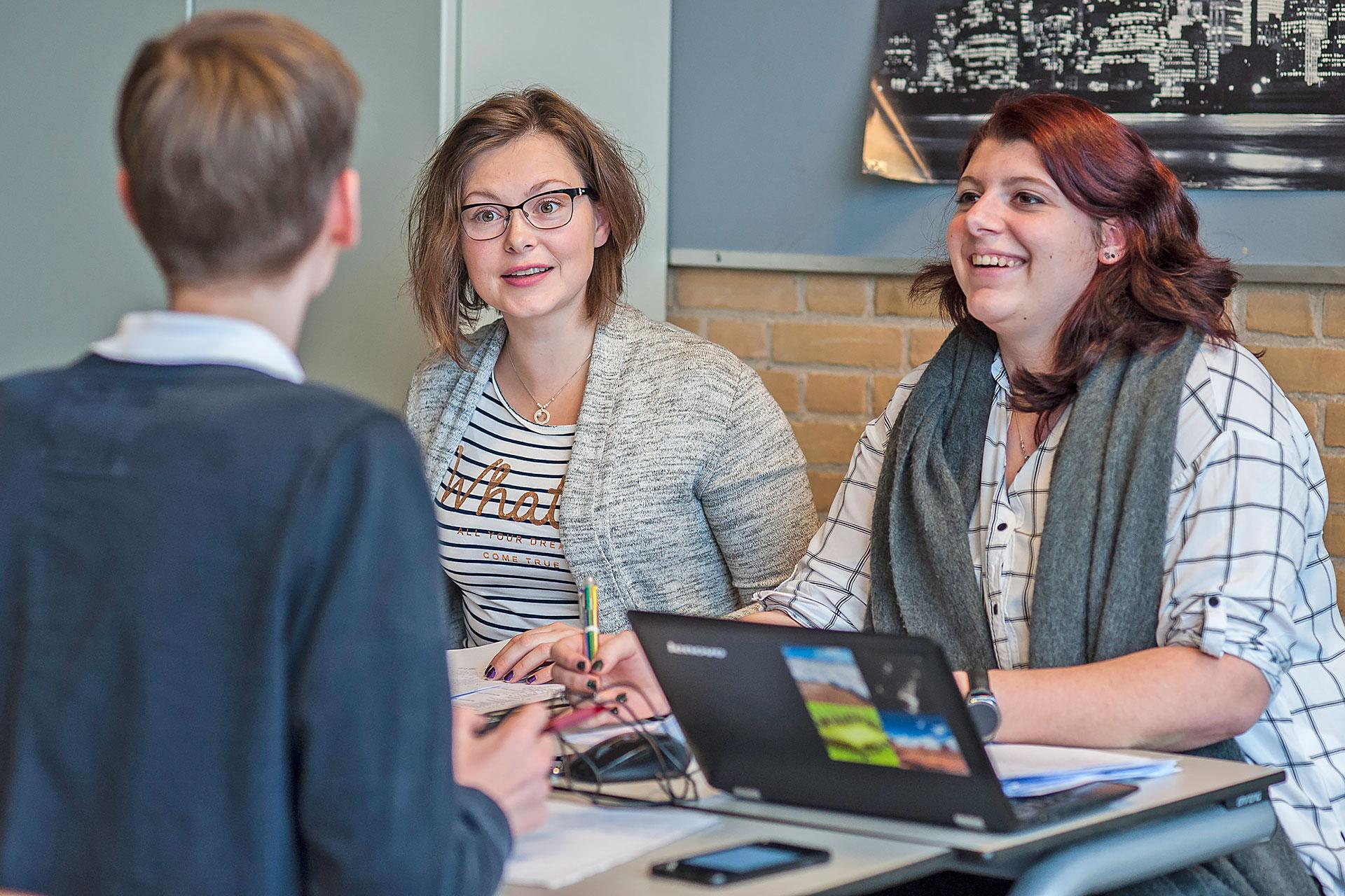 zwei Lehrerinnen bei einer Besprechung mit Laptop