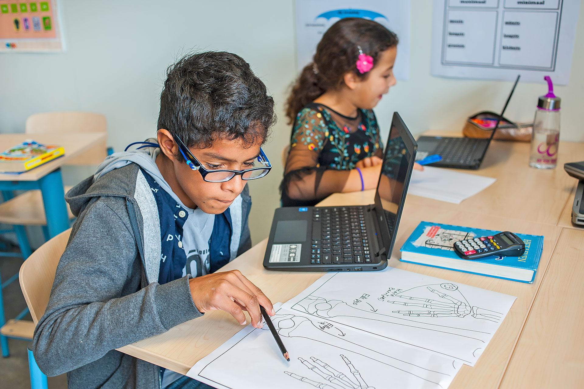 Schüler bestimmt die Handknochen mit Hilfe des Computers