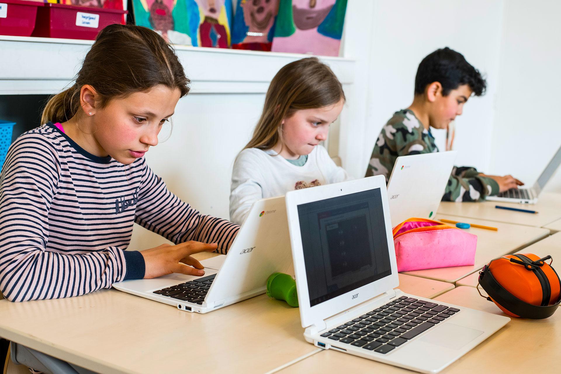 Schülerinnen arbeiten am Laptop im Schulzimmer