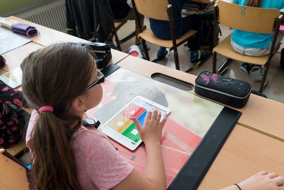 Schülerin löst eine Aufgabe auf dem iPad in der Schule