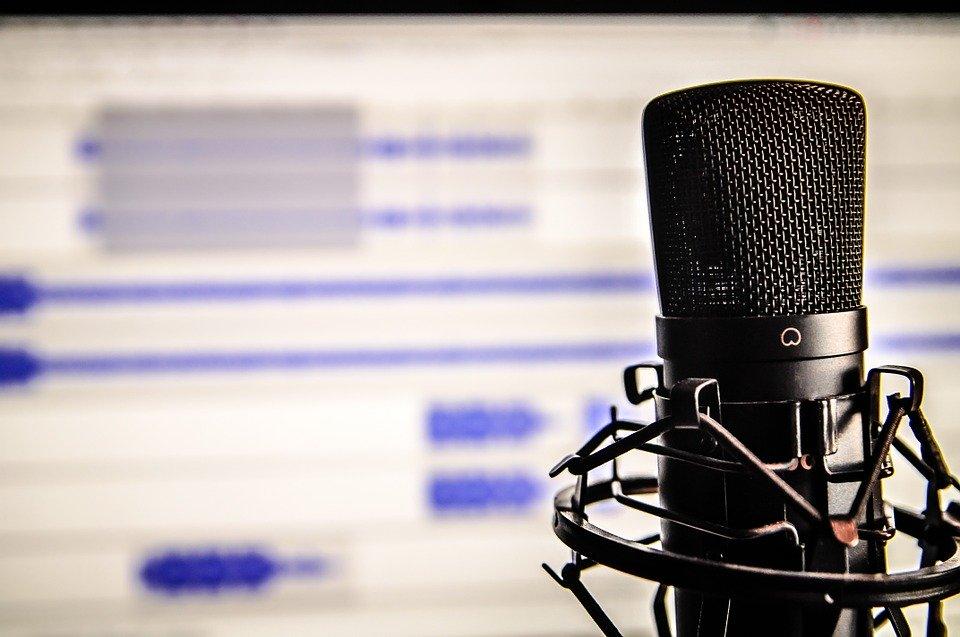 Mikrofon vor einem Aufnahmebildschirm