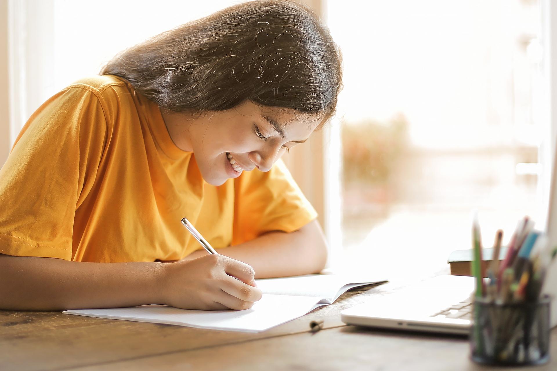 Schülerin schreibt in ihrem Heft