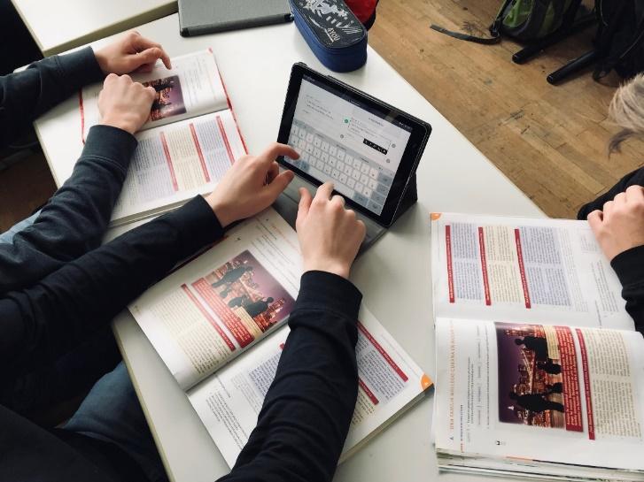 Schüler lösen Kahoot-Aufgaben auf dem Tablet
