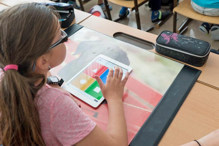 Schülerin spielt mit einem Tablet Kahoot